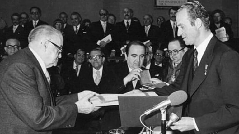 Alejo Carpentier recibiendo el premio Cervantes 1977.